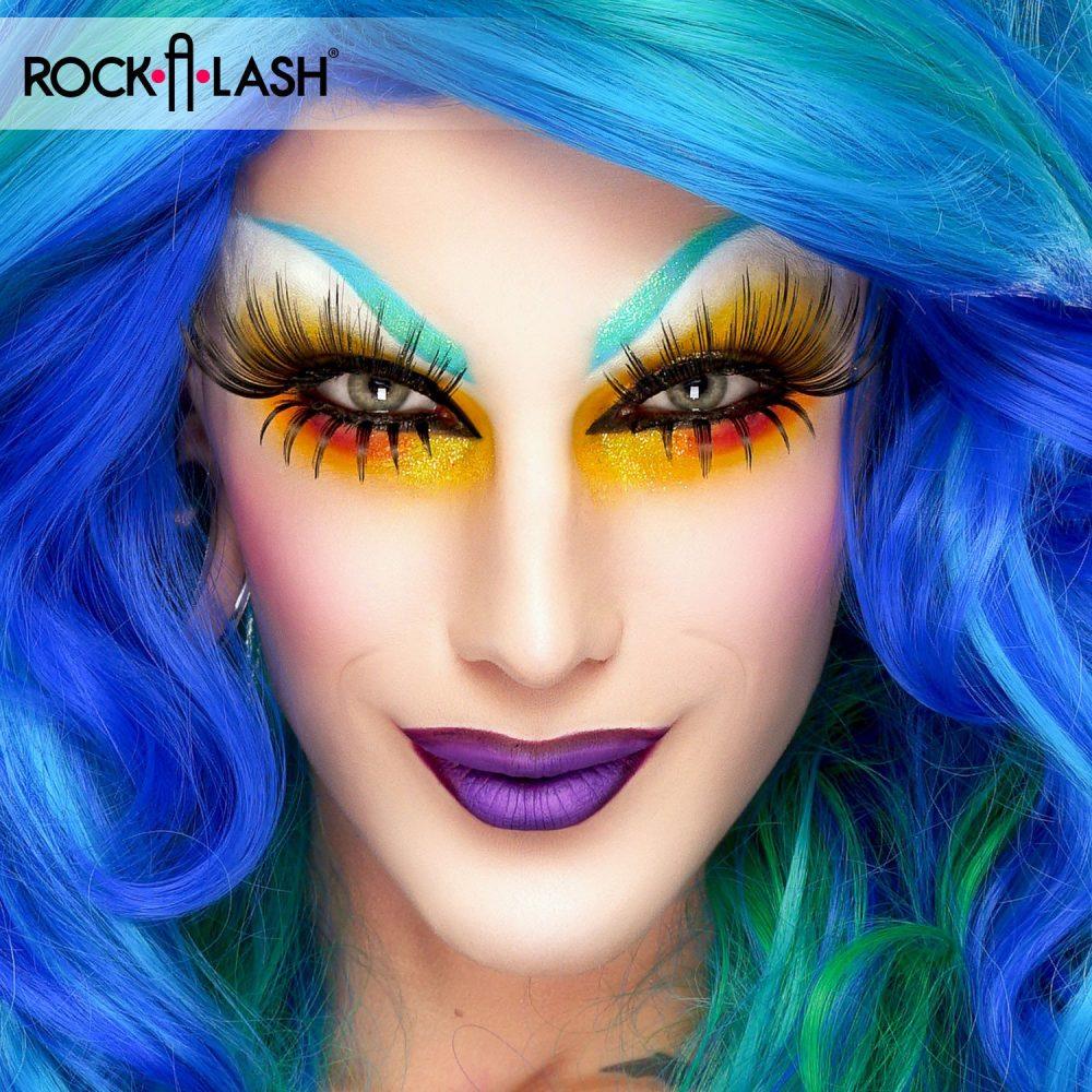 drag queen faux cils avec cheveux bleus